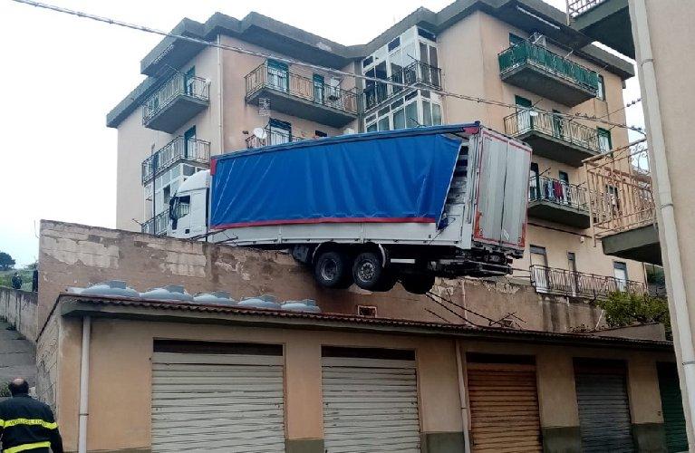 https://www.ragusanews.com//immagini_articoli/16-04-2021/sicilia-tir-finisce-sul-tetto-di-una-casa-500.jpg
