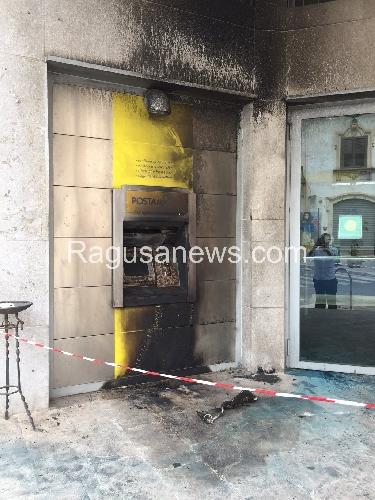 https://www.ragusanews.com//immagini_articoli/16-05-2015/corto-circuito-a-fuoco-il-postamat-delle-poste-500.jpg