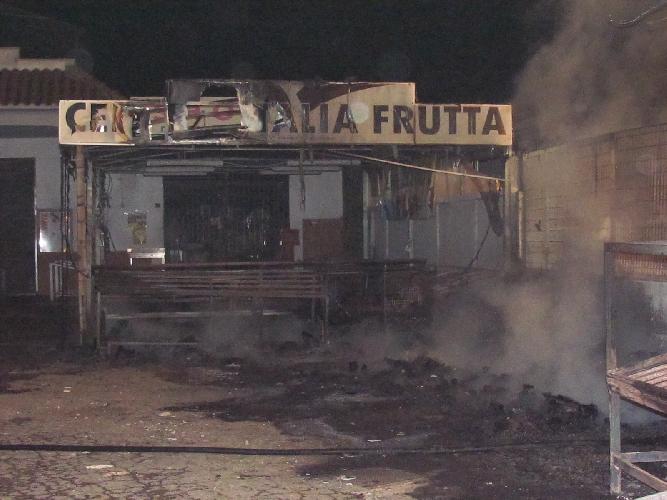 http://www.ragusanews.com//immagini_articoli/16-05-2015/incendio-doloso-a-un-deposito-di-frutta-500.jpg