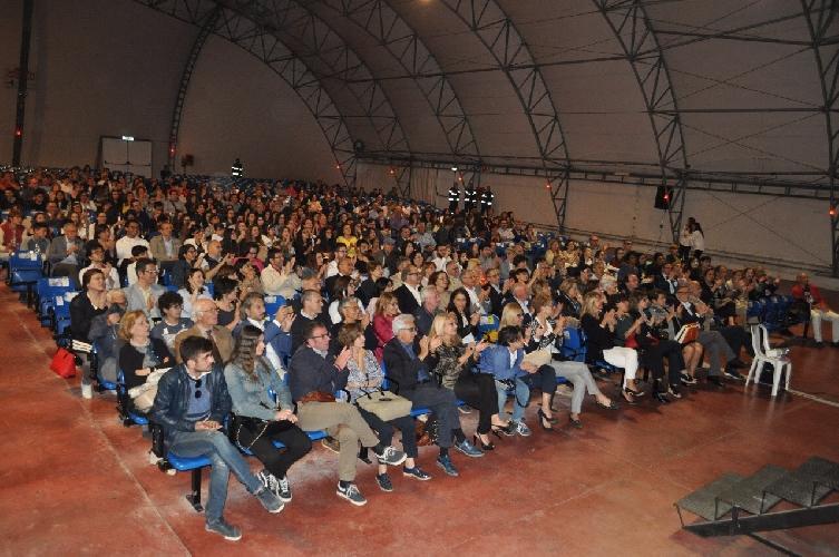 http://www.ragusanews.com//immagini_articoli/16-05-2017/spettatori-teatro-tenda-lasciami-volare-500.jpg