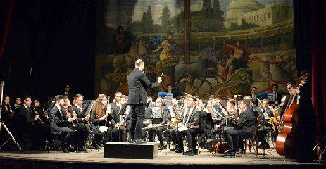 http://www.ragusanews.com//immagini_articoli/16-05-2018/lorchestra-fiati-liceo-musicale-verga-modica-teatro-garibaldi-240.jpg
