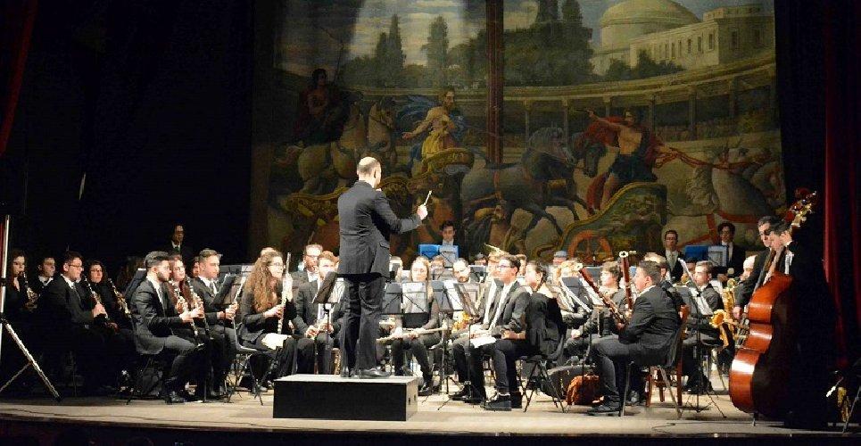 https://www.ragusanews.com//immagini_articoli/16-05-2018/lorchestra-fiati-liceo-musicale-verga-modica-teatro-garibaldi-500.jpg