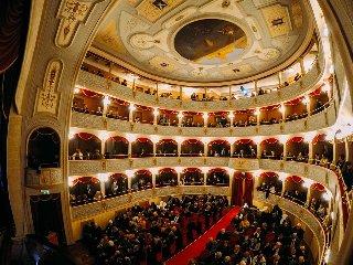 https://www.ragusanews.com//immagini_articoli/16-05-2019/novecento-di-baricco-in-teatro-a-modica-240.jpg