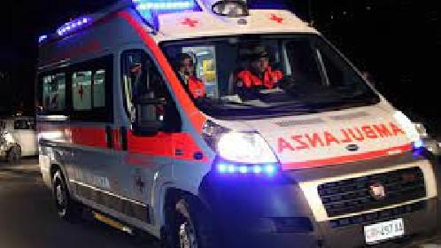 https://www.ragusanews.com//immagini_articoli/16-05-2021/donnalucata-l-ambulanza-i-tavolini-e-la-fioriera-280.jpg