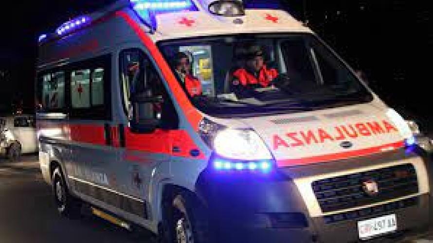 https://www.ragusanews.com//immagini_articoli/16-05-2021/donnalucata-l-ambulanza-i-tavolini-e-la-fioriera-500.jpg