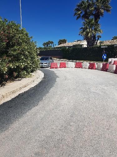 https://www.ragusanews.com//immagini_articoli/16-05-2021/gli-automobilisti-incivili-nella-costruenda-pista-ciclabile-casuzze-500.jpg
