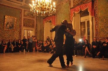 https://www.ragusanews.com//immagini_articoli/16-06-2017/1497682500-lezione-tango-1-240.jpg