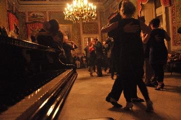 https://www.ragusanews.com//immagini_articoli/16-06-2017/1497682533-lezione-tango-1-240.jpg