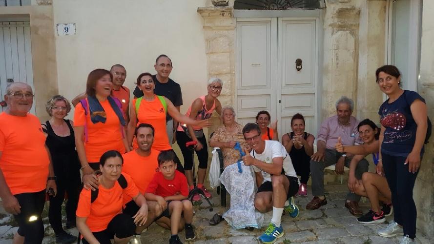 http://www.ragusanews.com//immagini_articoli/16-06-2017/camminatori-scicli-abbracciano-donna-stella-500.jpg