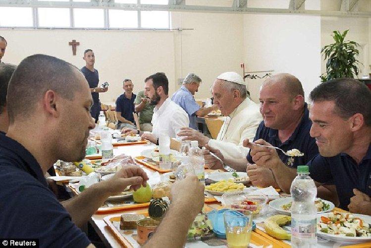 https://www.ragusanews.com//immagini_articoli/16-06-2018/caro-salvini-papa-francesco-viene-sicilia-mangiare-migranti-500.jpg