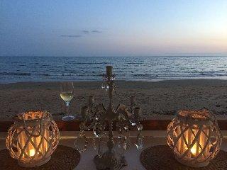 https://www.ragusanews.com//immagini_articoli/16-06-2018/spettacolo-mare-porto-ulisse-beach-serafino-240.jpg