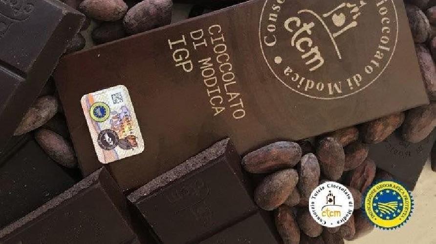 https://www.ragusanews.com//immagini_articoli/16-06-2021/il-finto-cioccolato-di-modica-finanza-sequestra-20-mila-barrette-500.jpg