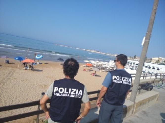 http://www.ragusanews.com//immagini_articoli/16-07-2015/poliziotti-in-costume-da-bagno-beccano-il-ladro-di-spiaggia-500.jpg