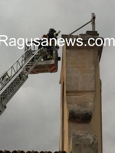 http://www.ragusanews.com//immagini_articoli/16-07-2017/fulmine-colpisce-croce-chiesa-sacro-cuore-modica-500.jpg