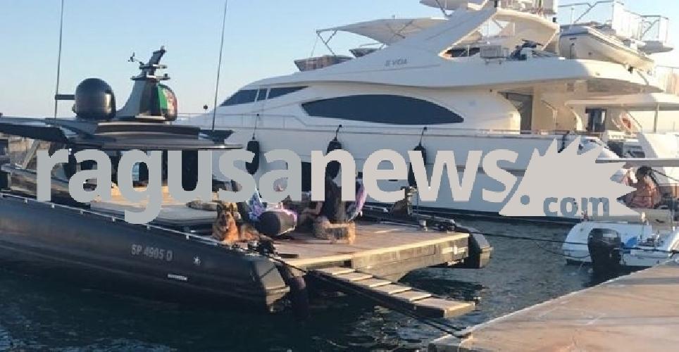 https://www.ragusanews.com//immagini_articoli/16-07-2017/yacht-gommone-roberto-cavalli-atteso-marina-ragusa-500.jpg