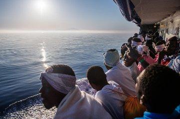 https://www.ragusanews.com//immagini_articoli/16-07-2018/sbarco-migranti-pozzallo-paesi-europei-accoglieranno-parte-240.jpg