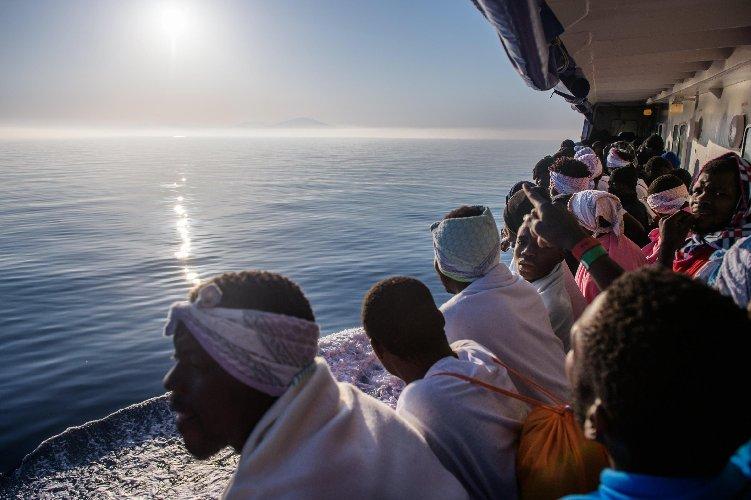 https://www.ragusanews.com//immagini_articoli/16-07-2018/sbarco-migranti-pozzallo-paesi-europei-accoglieranno-parte-500.jpg