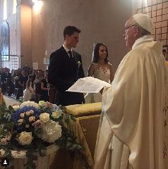 https://www.ragusanews.com//immagini_articoli/16-07-2018/sposano-sorpresa-arriva-papa-francesco-unisce-240.png