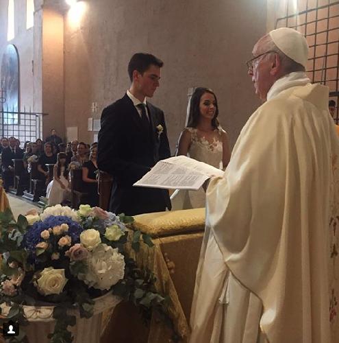 https://www.ragusanews.com//immagini_articoli/16-07-2018/sposano-sorpresa-arriva-papa-francesco-unisce-500.png