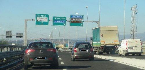 https://www.ragusanews.com//immagini_articoli/16-07-2018/tangenziale-catania-messina-fuori-carreggiata-traffico-tilt-240.jpg