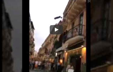 https://www.ragusanews.com//immagini_articoli/16-07-2019/taormina-litiga-col-marito-e-lancia-oggetti-balcone-video-240.png