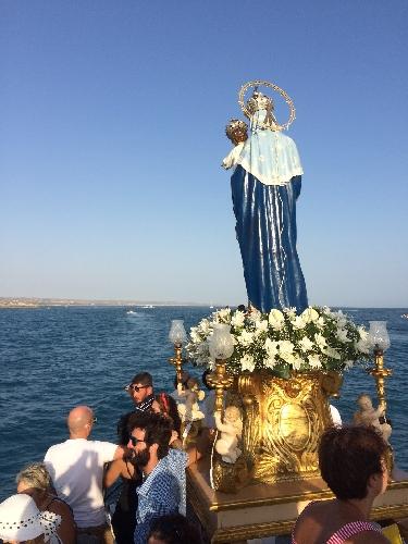 http://www.ragusanews.com//immagini_articoli/16-08-2014/la-madonna-ha-preso-il-mare-500.jpg