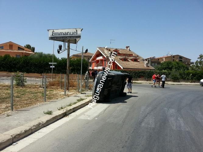 http://www.ragusanews.com//immagini_articoli/16-08-2014/ragusa-il-marciapiede-di-via-falcone-racconta-500.jpg