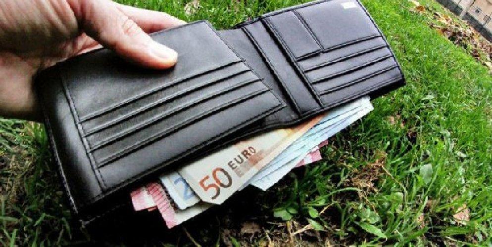 https://www.ragusanews.com//immagini_articoli/16-08-2018/bambine-restituiscono-portafoglio-euro-500.jpg