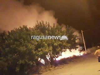 https://www.ragusanews.com//immagini_articoli/16-08-2018/incendio-vicino-pizzeria-sampieri-panico-notte-240.jpg