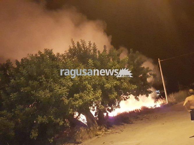 https://www.ragusanews.com//immagini_articoli/16-08-2018/incendio-vicino-pizzeria-sampieri-panico-notte-500.jpg
