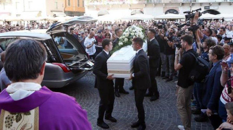 https://www.ragusanews.com//immagini_articoli/16-08-2019/1565948353-i-funerali-di-nadia-toffa-1-500.jpg