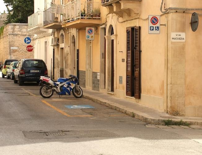 https://www.ragusanews.com//immagini_articoli/16-09-2014/il-malcostume-degli-stalli-per-finti-disabili-500.jpg