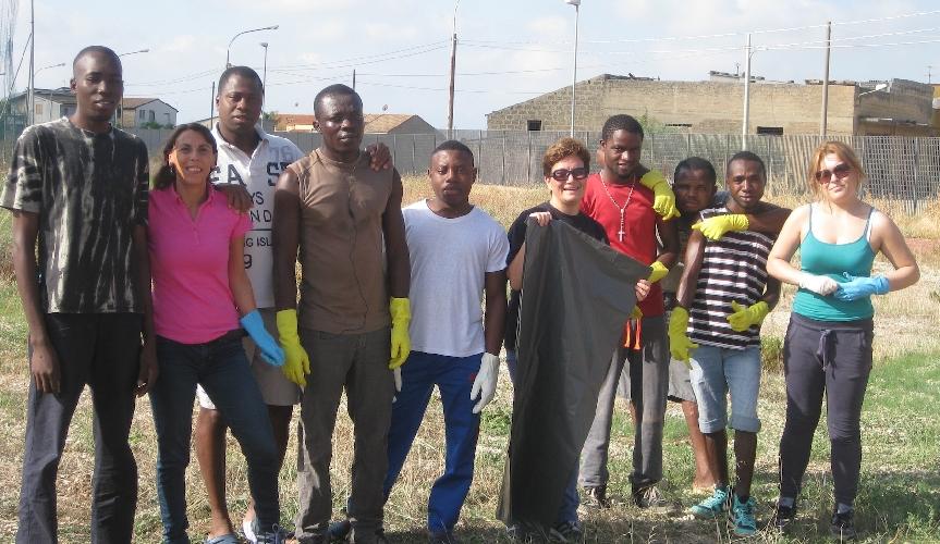 http://www.ragusanews.com//immagini_articoli/16-09-2015/gli-immigrati-puliscono-il-campetto-500.jpg