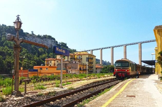 https://www.ragusanews.com//immagini_articoli/16-09-2016/ultimo-appuntamento-con-il-treno-barocco-420.jpg