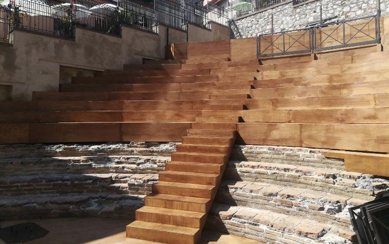 https://www.ragusanews.com//immagini_articoli/16-09-2019/1568645566-taormina-si-restaura-il-teatro-odeon-e-bellissimo-1-500.jpg
