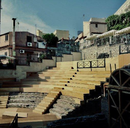https://www.ragusanews.com//immagini_articoli/16-09-2019/1568645567-taormina-si-restaura-il-teatro-odeon-e-bellissimo-3-500.jpg