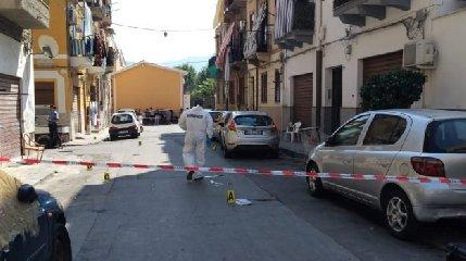 https://www.ragusanews.com//immagini_articoli/16-09-2019/far-west-a-palermo-tre-feriti-per-strada-240.jpg