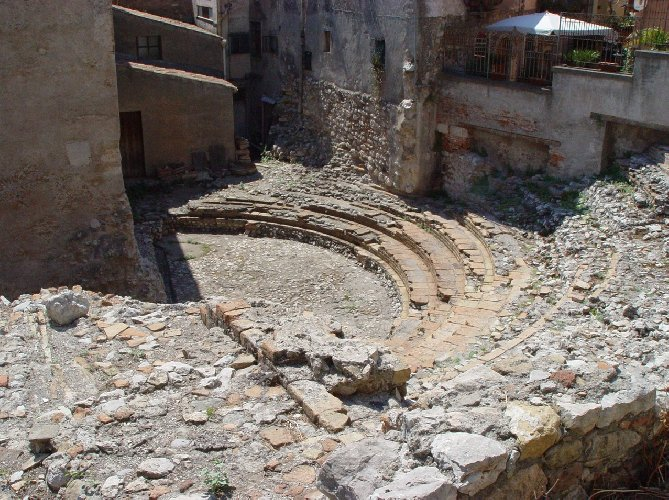 https://www.ragusanews.com//immagini_articoli/16-09-2019/taormina-si-restaura-il-teatro-odeon-e-bellissimo-500.jpg