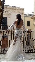 https://www.ragusanews.com//immagini_articoli/16-09-2020/1600259277-lo-stilista-emanuele-bilancia-sceglie-scicli-per-i-suoi-abiti-da-sposa-1-240.jpg