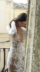 https://www.ragusanews.com//immagini_articoli/16-09-2020/1600259322-lo-stilista-emanuele-bilancia-sceglie-scicli-per-i-suoi-abiti-da-sposa-2-240.jpg