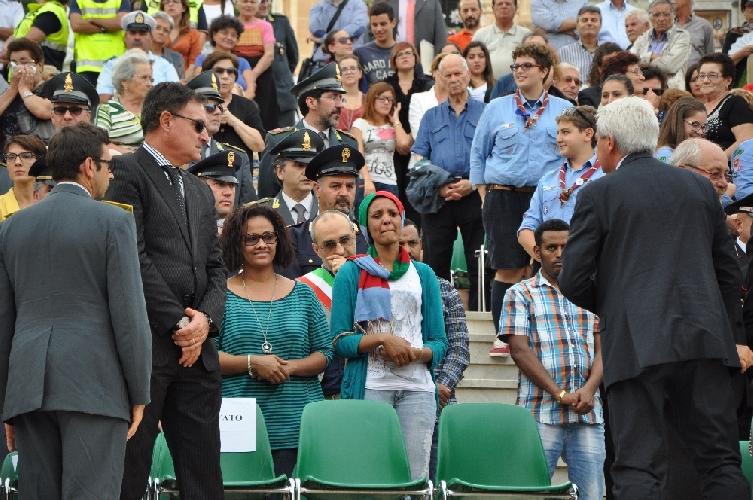 https://www.ragusanews.com//immagini_articoli/16-10-2013/funerali-dei-migranti-morti-a-sampieri-la-sedia-vuota-del-sindaco-di-modica-500.jpg