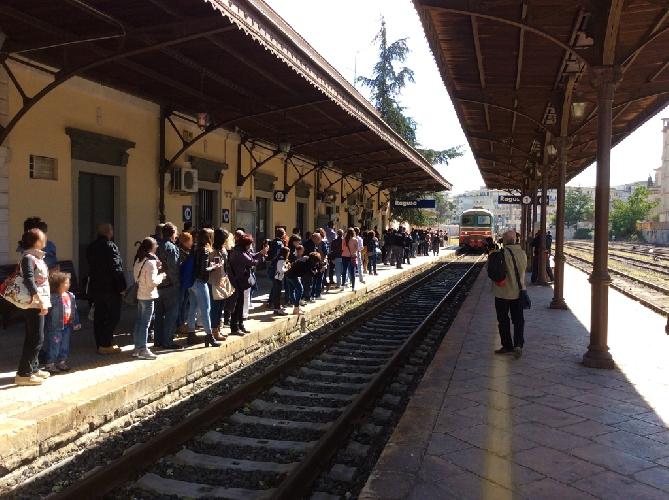 https://www.ragusanews.com//immagini_articoli/16-10-2015/il-treno-il-ritardo-i-turisti-500.jpg