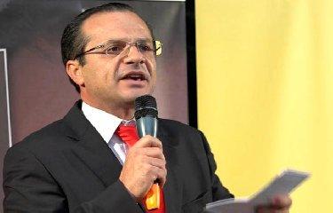 https://www.ragusanews.com//immagini_articoli/16-10-2018/cateno-luca-dimette-sindaco-240.jpg