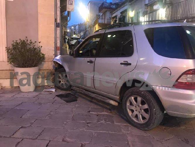 https://www.ragusanews.com//immagini_articoli/16-10-2019/col-suv-il-muro-in-pieno-centro-500.jpg