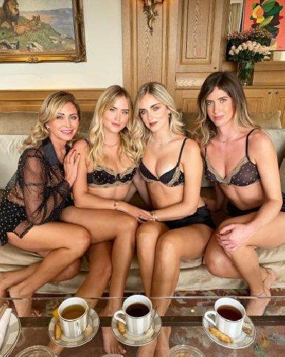 https://www.ragusanews.com//immagini_articoli/16-10-2020/chiara-ferragni-la-mamma-e-le-sorelle-le-foto-in-intimo-500.jpg