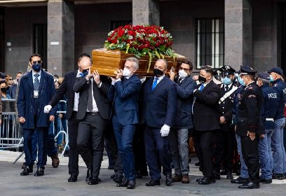 https://www.ragusanews.com//immagini_articoli/16-10-2020/jole-santelli-assembramento-di-politici-e-cittadini-al-funerale-280.jpg