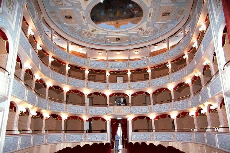 http://www.ragusanews.com//immagini_articoli/16-11-2015/la-regione-stanzia-5-milioni-per-chi-vuol-fare-teatro-500.jpg