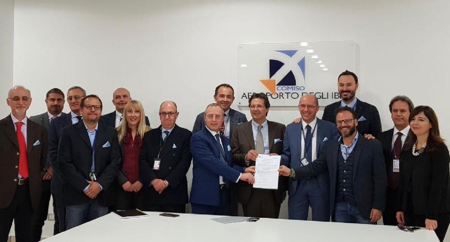 https://www.ragusanews.com//immagini_articoli/16-11-2017/aeroporto-comiso-riceve-certificazione-europea-500.jpg