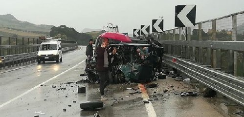 https://www.ragusanews.com//immagini_articoli/16-11-2018/incidente-morti-quattro-feriti-butera-240.jpg