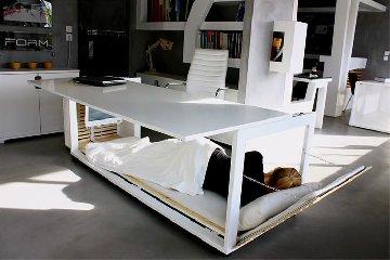 https://www.ragusanews.com//immagini_articoli/16-11-2018/vuoi-dormire-ufficio-scrivania-diventa-letto-240.jpg